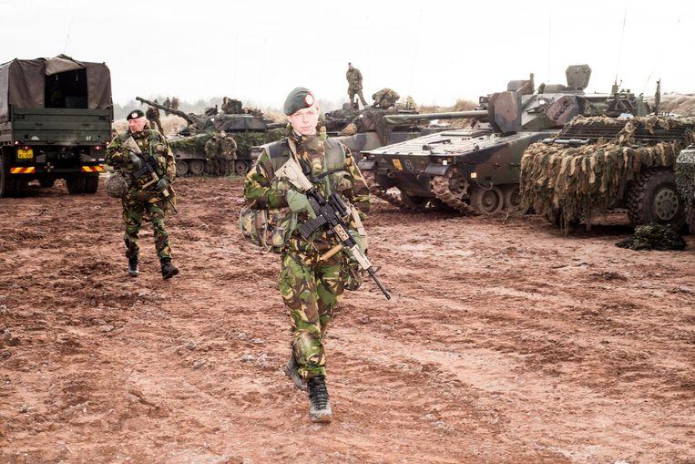 Reservisten en soldaten van de Landmacht tijdens een oefening in Haldensleben, Duitsland. Beeld Jan Mulders