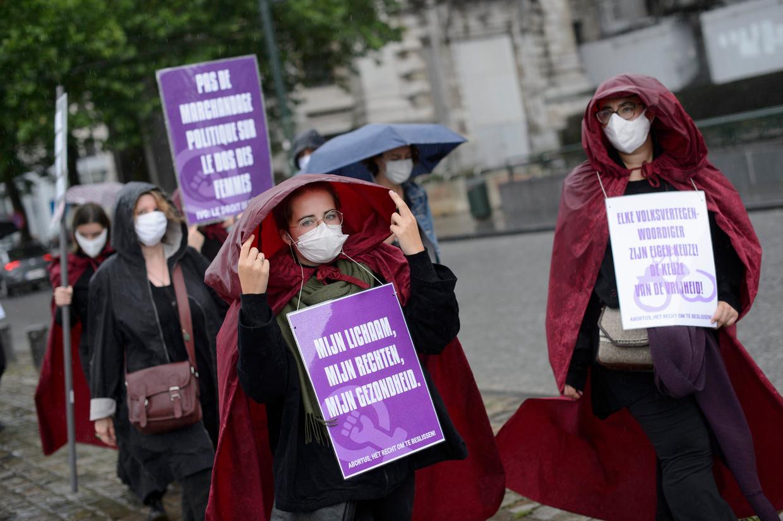 Vrouwenrechtenactivisten demonstreren in Brussel voor de uitbreiding van de abortuswet. Beeld Photo News