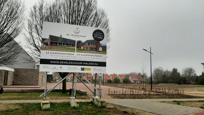 Het bouwbord bij het toekomstige buurtje Veldschuur beschrijft nog een oud bouwplan. De appartementen komen er niet.