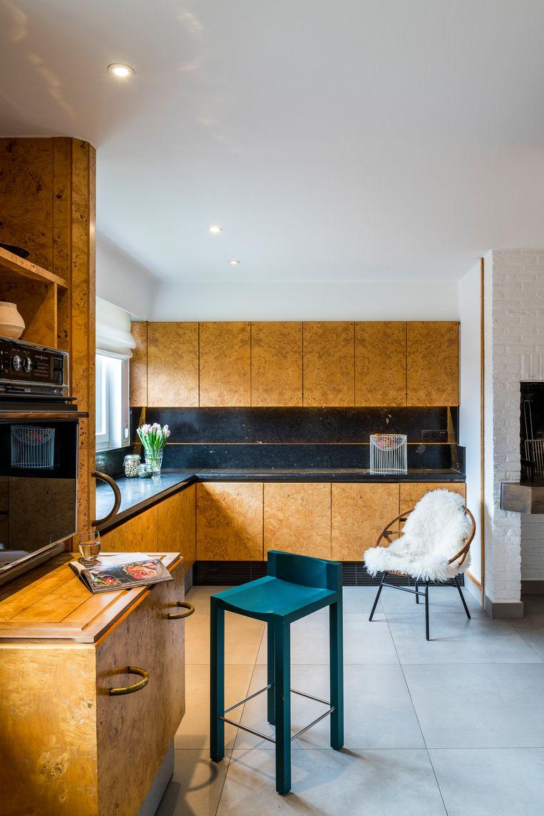 De keuken wordt binnenkort omgevormd tot thuiskantoor, maar alle wortelhouten kasten blijven bewaard. Beeld Luc Roymans