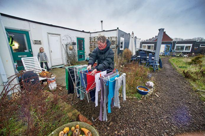 Ecodorp Boekel, nu nog een terrein met barakken. Bewoners Ellen en Tijmen.