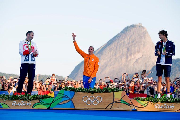 Dorian van Rijsselberghe ontvangt de gouden medaille voor het onderdeel zeilen RS:X tijdens de Olympische Spelen van Rio. Beeld anp