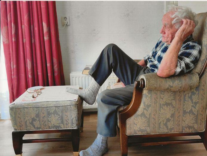 Wim van Doorn, thuis kijkend naar het journaal van acht uur 's avonds