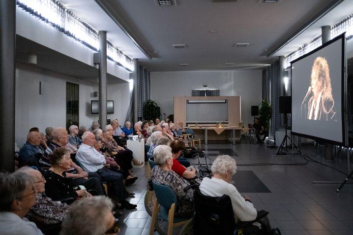 De bewoner van WZC Sint-Jozef volgden een voorstelling rond Edith Piaf via livestream.
