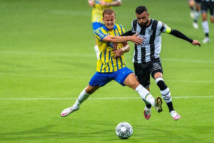 Inleiding tot de 2-0. RKC-aanvoerder Melle Meulensteen slaagt er niet in om Rai Vloet (rechts) af te stoppen.