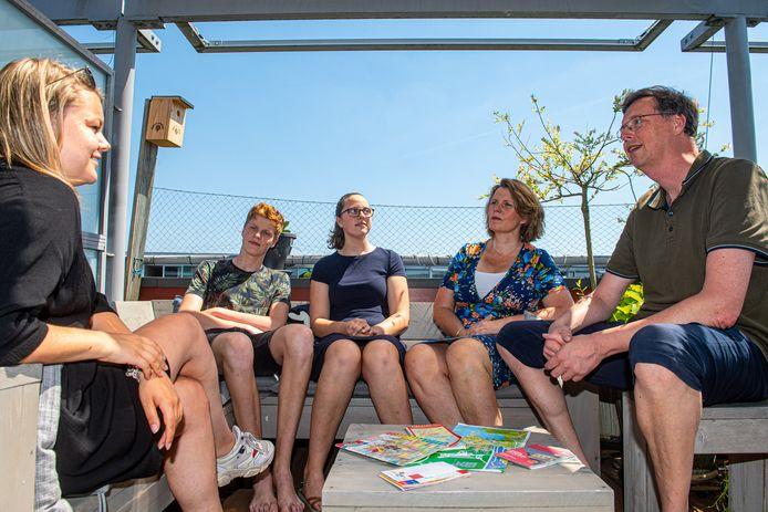 Verslaggever Indra in gesprek met de familie Batavier over hun aanstaande zomervakantie (vlnr: Jasper, Nienke, Ettelien en Onno).