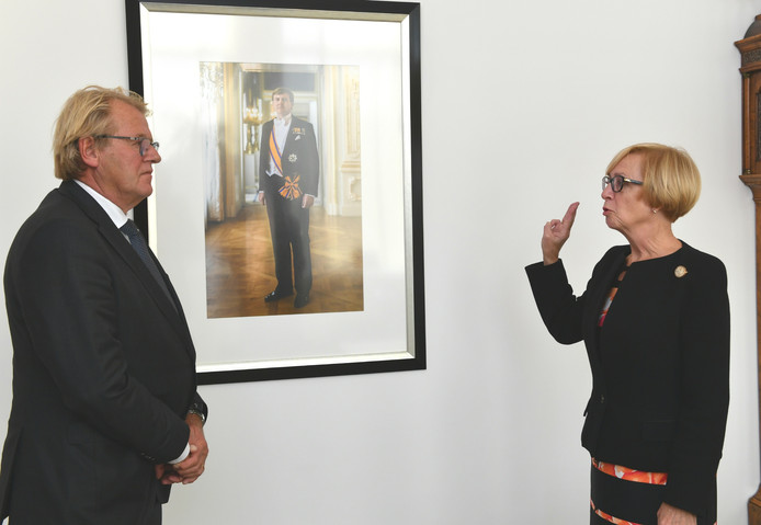 Agnes van Ardenne legt de eed af in het bijzijn van commissaris van de Koning, Jaap Smit.