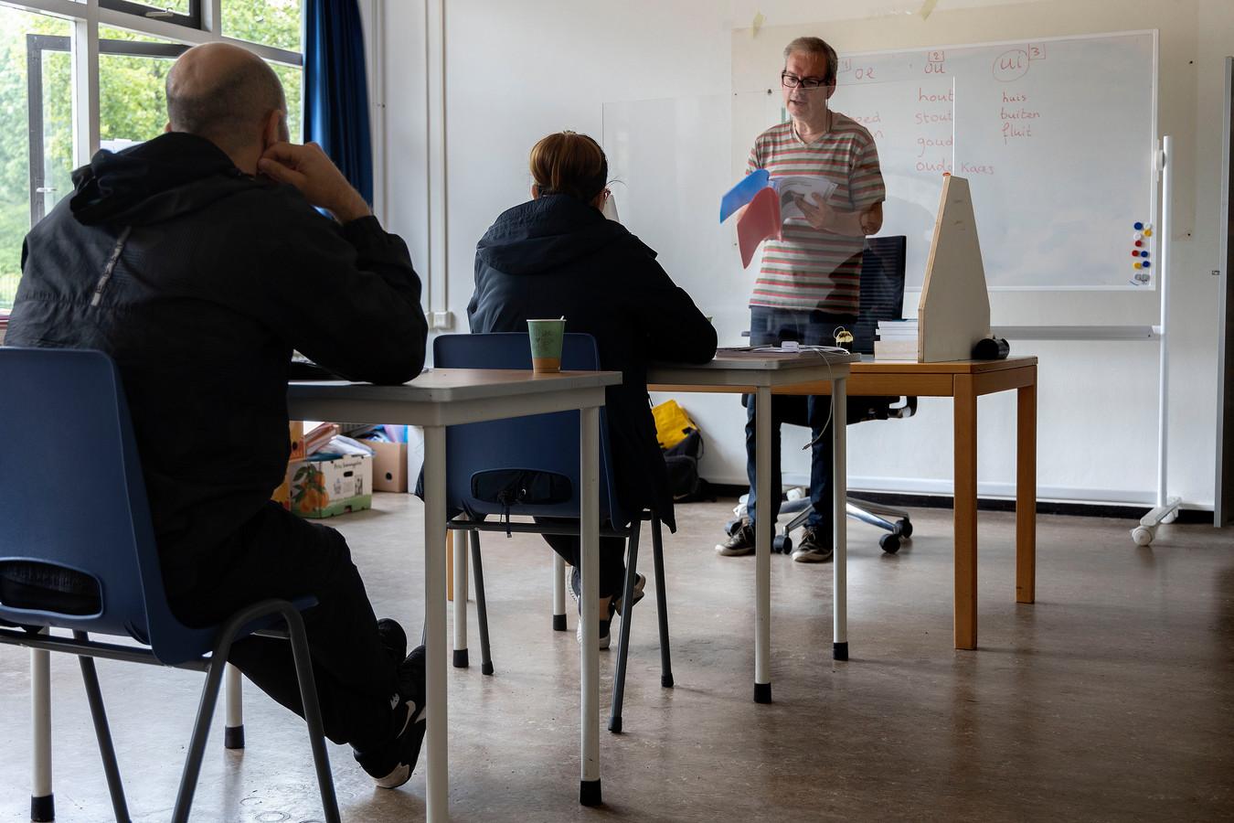 Archiefbeeld uit een asielzoekerscentrum. Als de rechter heeft besloten dat vluchtelingen in Nederland mogen blijven, moeten de gemeenten huisvesting bieden.