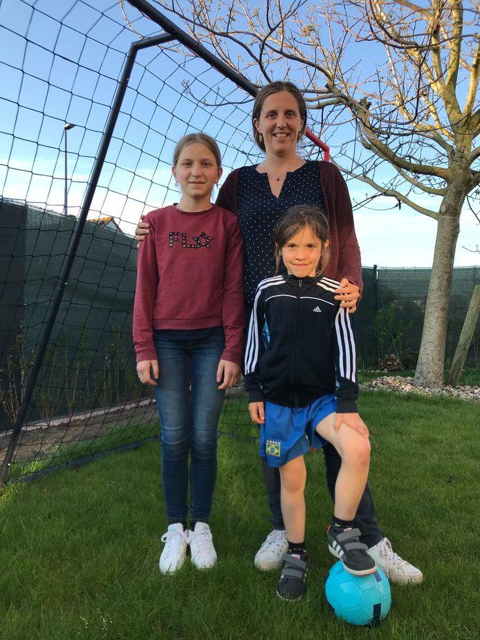Mama Mieke Depoot uit Oostende speelde jarenlang voetbal en ziet ook haar dochtertje Femke (onder) de sport ontdekken.