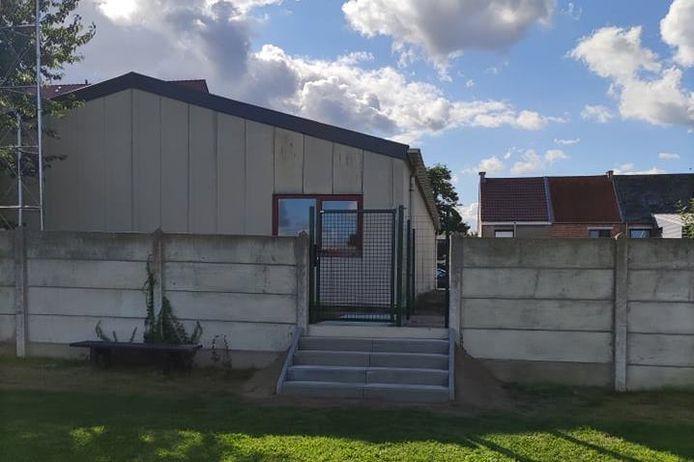 Tussen het schooldomein en het rodekruislokaal dat dienst doet als extra klaslokaal werd een hekje geplaatst.