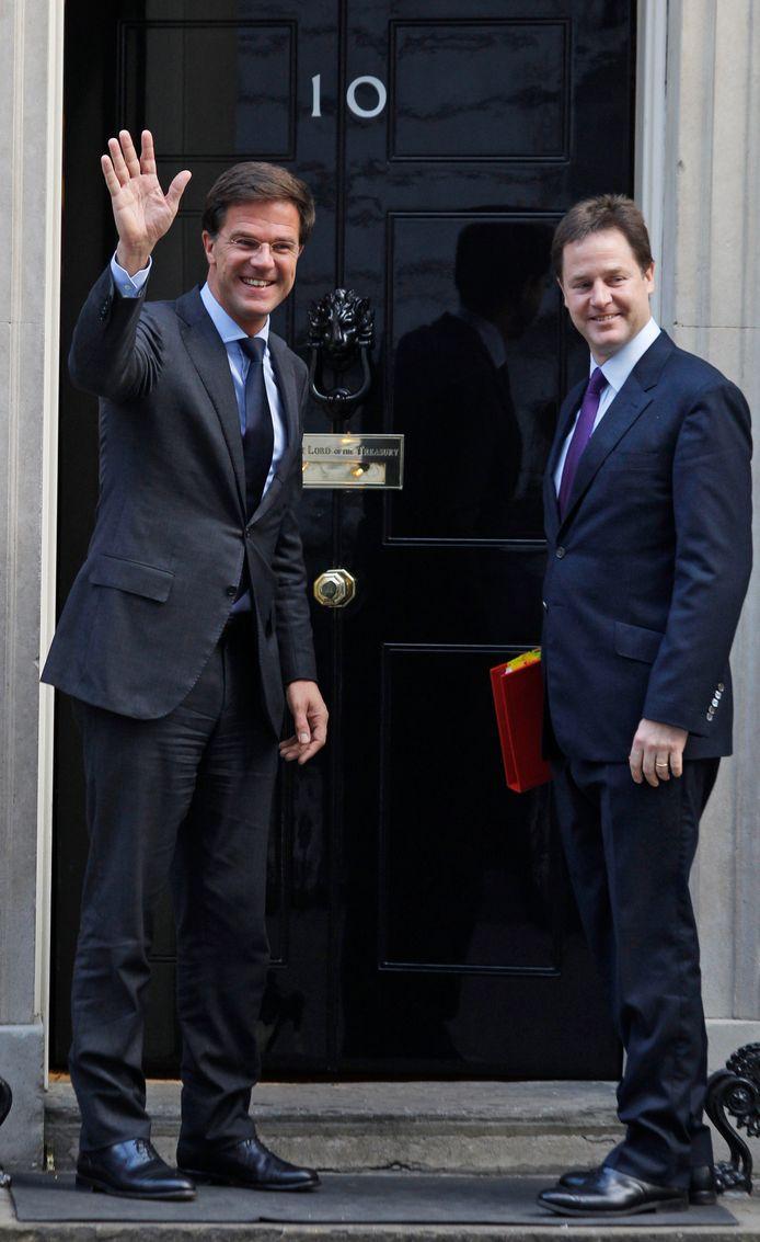 Nick Clegg met premier Rutte voor de deur van Downing Street 10, toen ambtswoning van de conservatieve premier David Cameron. Clegg was vice-premier in dat kabinet.