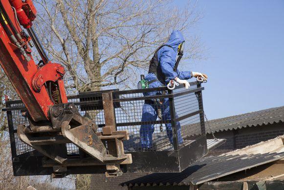 Asbest verwijderen: dirty job, maar iemand moet het doen.