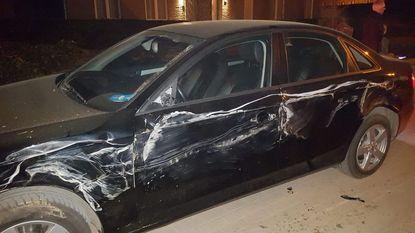 Mestkar beschadigt auto's en truck