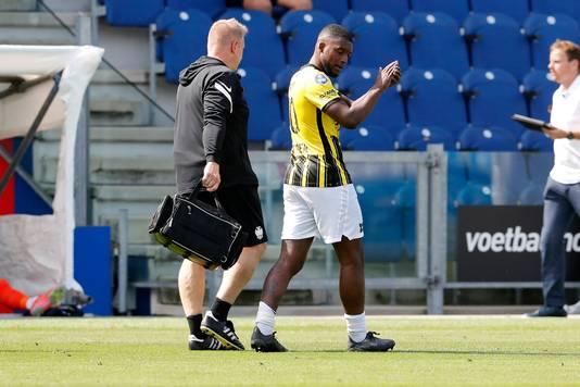 Riechedly Bazoer verlaat geblesseerd het veld tijdens PEC Zwolle-Vitesse.