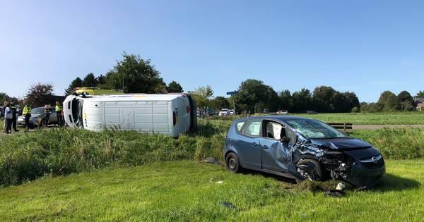 Bedrijfsbus en auto in de kreukels na botsing in Wapenveld: bestuurder naar ziekenhuis.