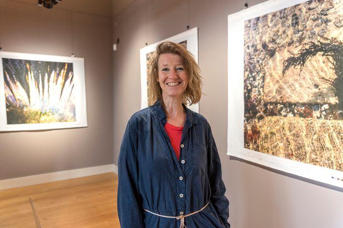 Kunstenares Monique van den Hout bij haar Bergse variant van Koele Wateren in het Markiezenhof