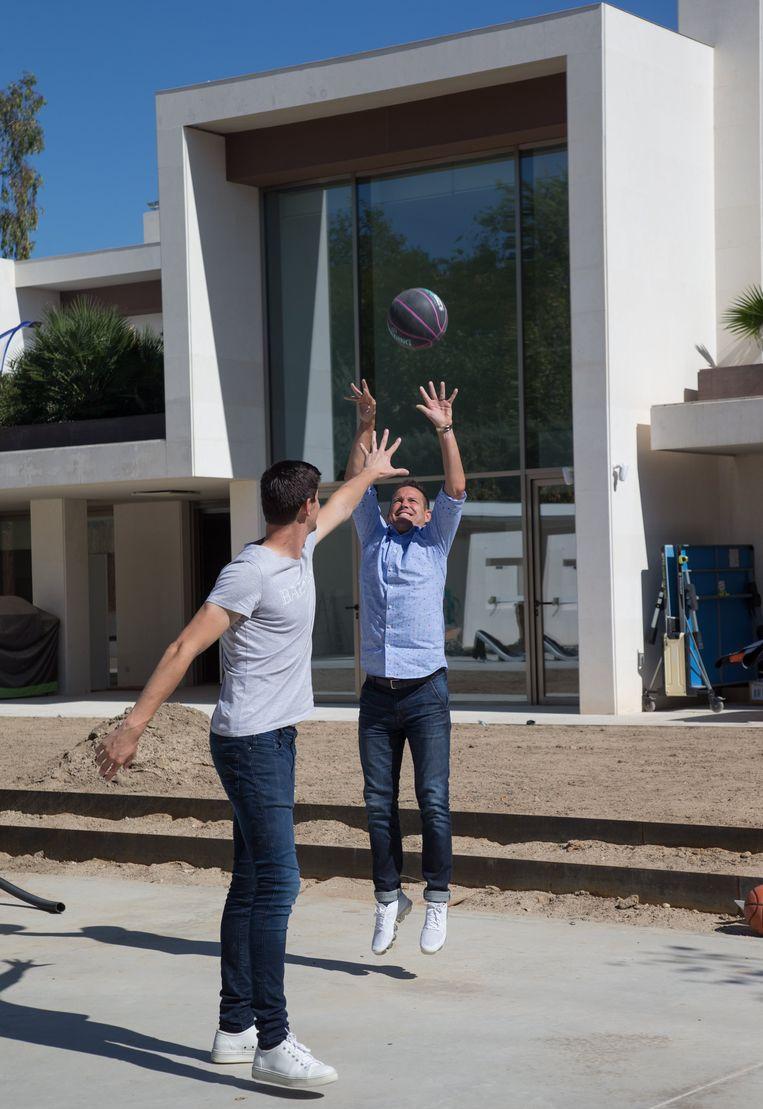 Courtois speelt een potje basketbal met onze analist Gilles De Bilde. Op de achtergrond zijn villa.  Madrid, 29/09/2019 Beeld Photo News