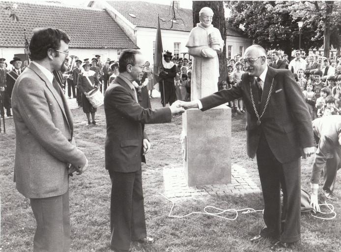 Burgemeester Waalbomers van Reusel bedankt de prelaat van Postel na de onthulling van het beeld van de monnik (1981).