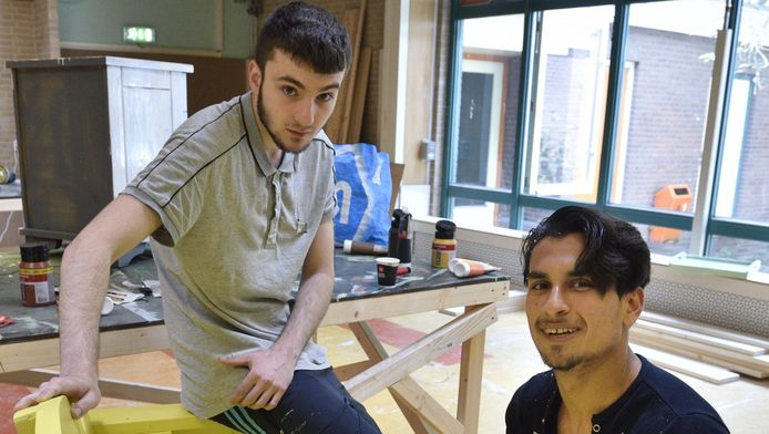 David (l) en Sjafiulah leggen in Loods 15 de laatste hand aan het zogeheten 'kaasbankje' dat in de binnenstad komt te staan.