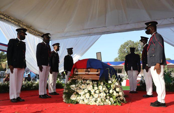 Militairen staan naast de kist van de vermoorde Haïtiaanse president Jovenel Moïse.