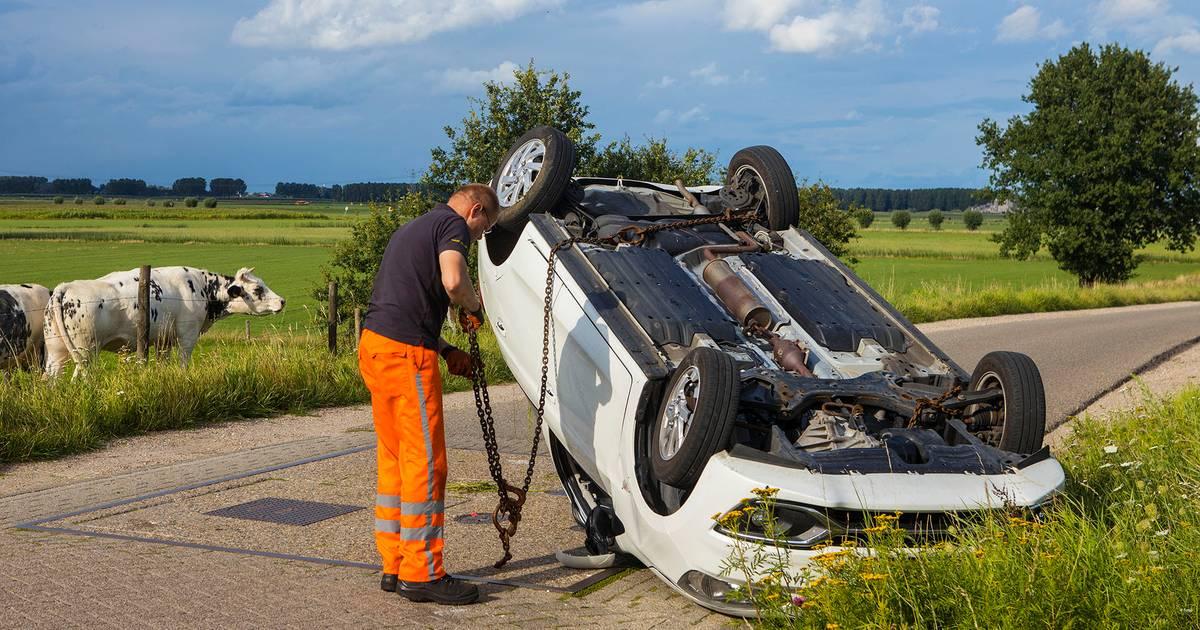 Auto belandt op zijn kop na ongeval op kruispunt in buitengebied Vlijmen, bestuurder ongedeerd.