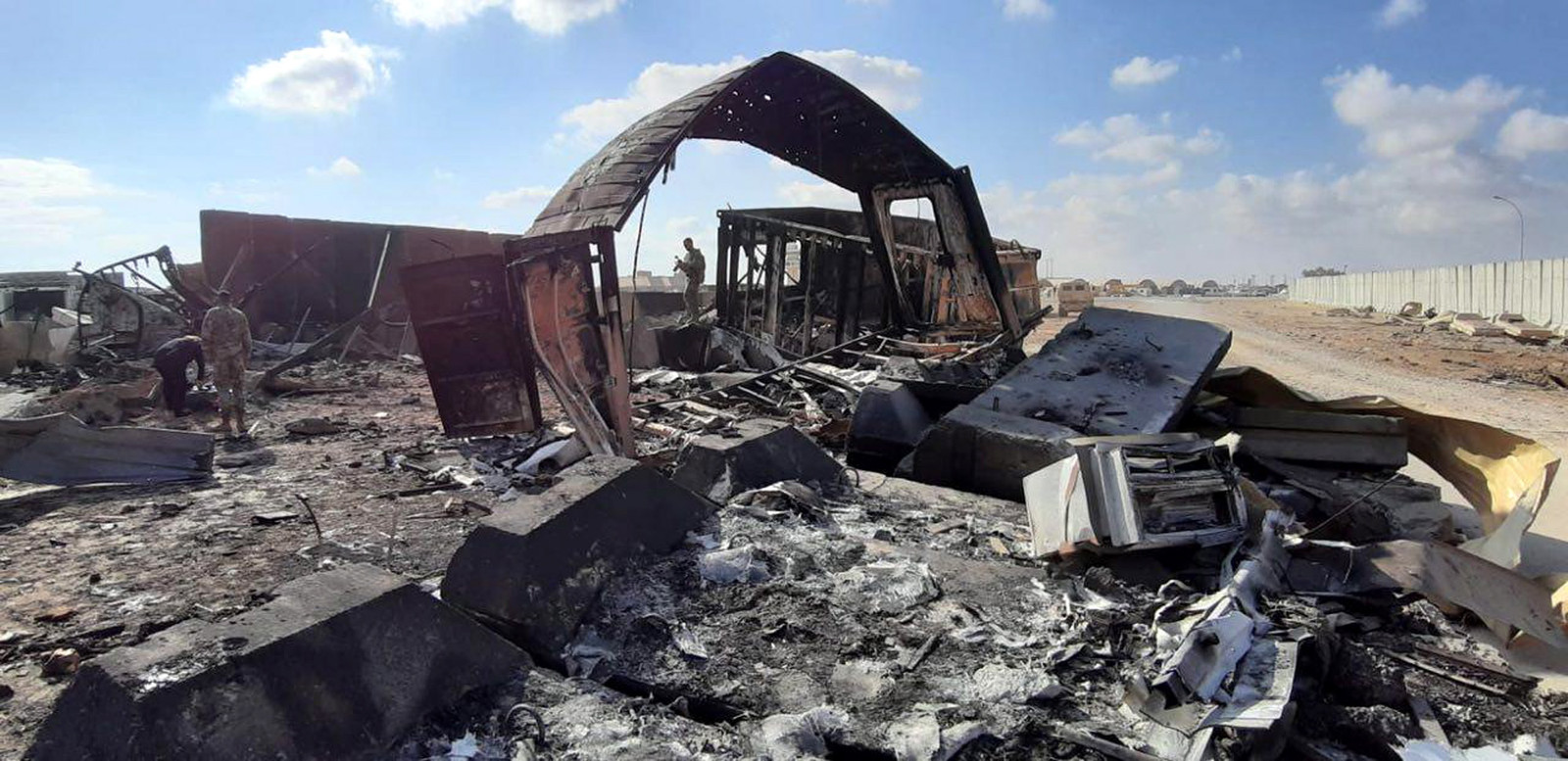 Amerikaanse soldaten nemen de schade op bij de luchtbasis Ain al-Assad in Irak.
