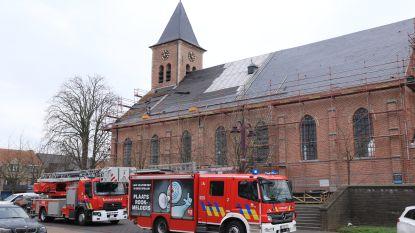 Hevige wind rukt dakbedekking van Sint-Michielskerk