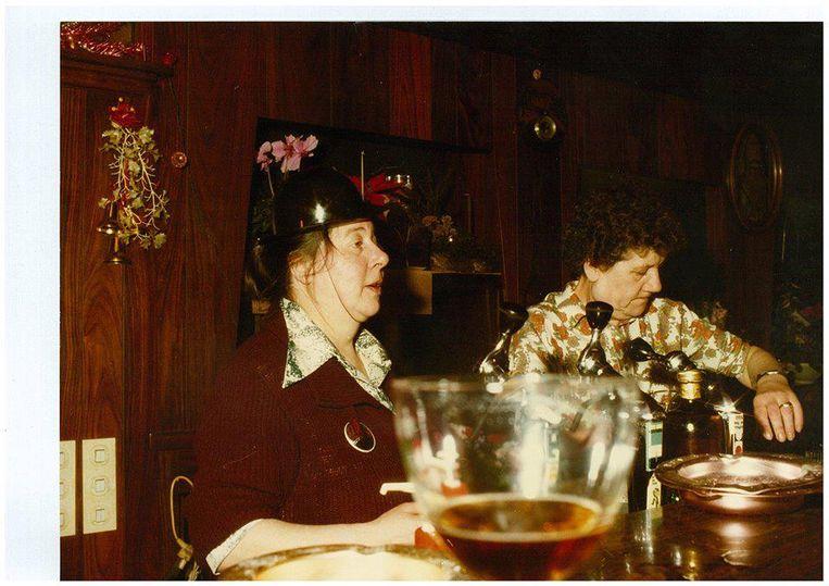 Uit de oude doos: cafébazinnen Simonne en Irma achter de tapkraan.