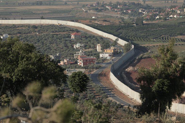 De muur die Israël vorig jaar langs de grens in Zuid-Libanon bouwde. Israëlische tanks naderden in de streek onlangs tot twee keer toe Libanees grondgebied. Beeld Maytham Shami