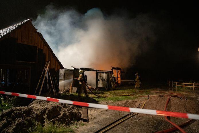 Een schuur aan de Vollehansweg in Terwolde is door brand verwoest