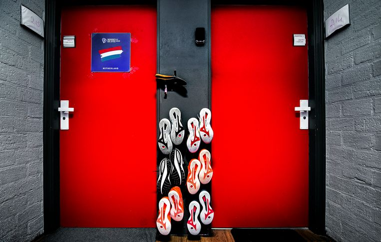 De meisjes van de Handbal Academie hangen hun sportschoenen te drogen op de gang waar hun kamers op uitkomen. De academie is bedoeld voor speelsters tot 17 jaar en leidt talentvolle speelsters op voor de Nederlandse ploeg, de huidige wereldkampioen. Nog 242 dagen tot Tokio. Beeld Klaas Jan van der Weij