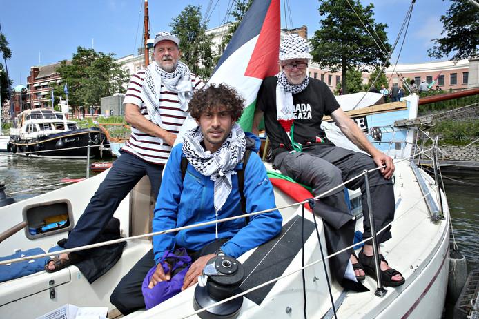 Kapitein Björn Asplund, student Awni Farhat en crewlid Jan Stromdahl op een van de boten van de Gaza-vloot, die dinsdag in de Veerhaven in Rotterdam lag.