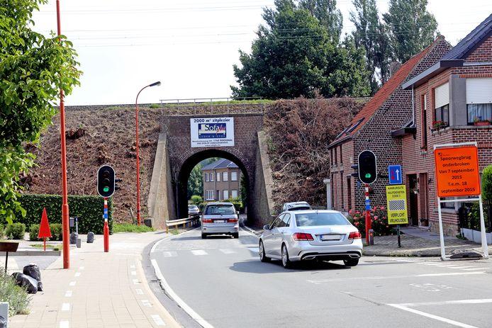 De riolering ter hoogte van de spoorwegbrug en de rotonde wordt geïnspecteerd en gereinigd.