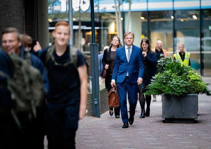 Pieter Omtzigt is terug in Den Haag. In zijn spoor: Eloïse Kasius (rechts) en Welmoed Vlieger.