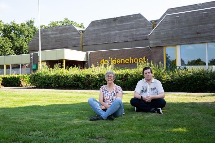 Nel van Manen en Bram Marinus voor de kantine van sporthal De Kienehoef.