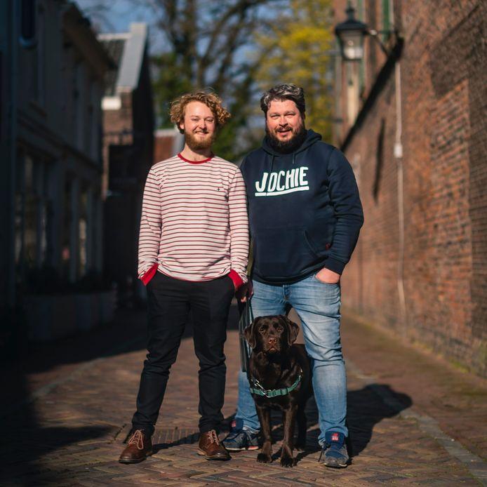 Twijnstraatbewoners Jelle Raap (22) en Robin van Essen (50)  geven hun ruim 75 jaar geleden weggevoerde Joodse buurtgenoten een gezicht.