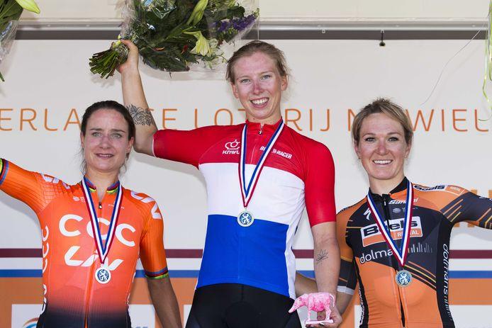 Vlnr: Marianne Vos, Lorena Wiebes en Amy Pieters.