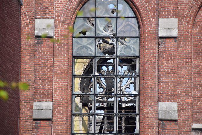 Desolaatheid na de brand in de kapel van de Zusters van Liefde: je kunt er dwars door de kapotte glasramen kijken.