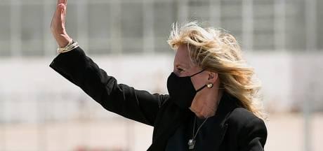 Jill Biden haalt vermomd als 'stewardess Jasmine' 1 aprilgrap uit met pers