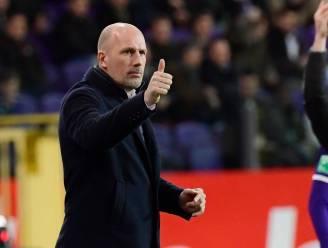 """Anderlecht-fans ergeren zich wanneer Club paars-wit minutenlang tureluurs tikt, Clement: """"Spelers blijven stappen zetten"""""""