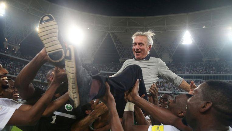 Bert van Marwijk wordt op handen gedragen door de spelers van het nationale team van Saoedi-Arabië na de 1-0 overwinning op Japan begin september. Beeld ap