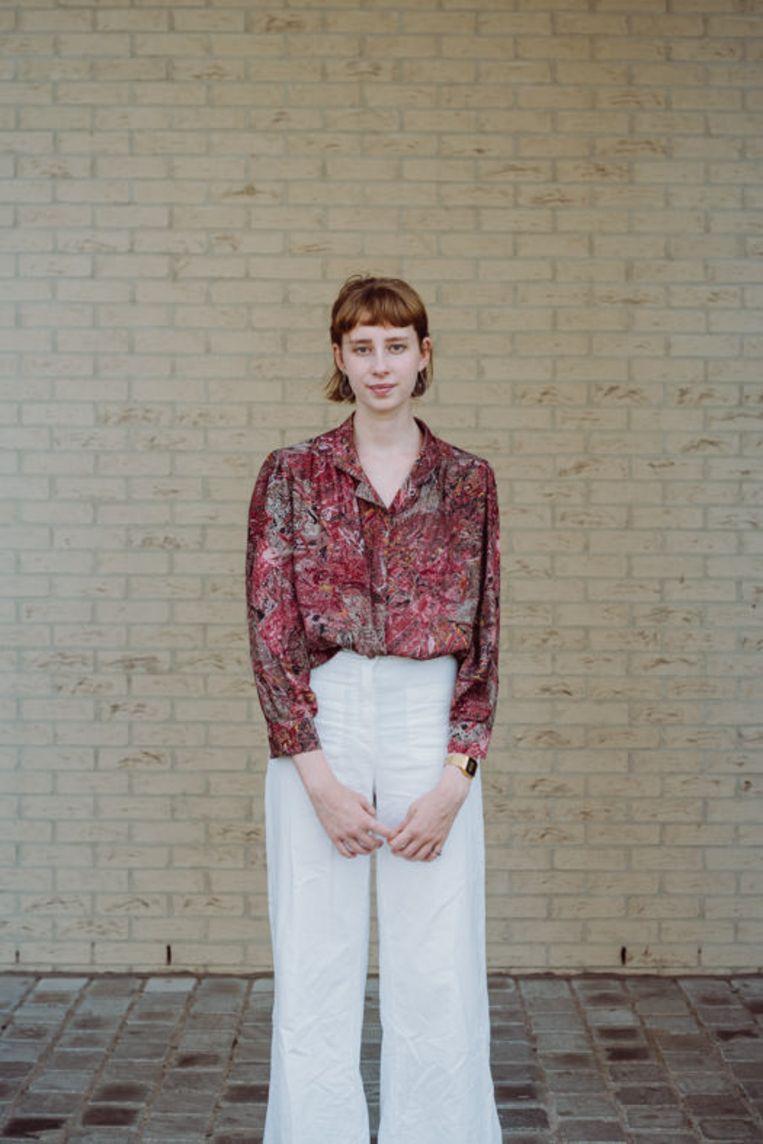Hannah in de kleren die ze draagt als juf Hannah (boven), en als ze gewoon Hannah is (onder). Beeld Wouter Maeckelberghe