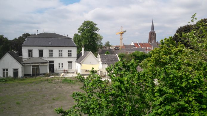 Het terrein rondom de oude pastorie in Moergestel, hier gezien vanuit het Antonius Huis, wacht op invulling.