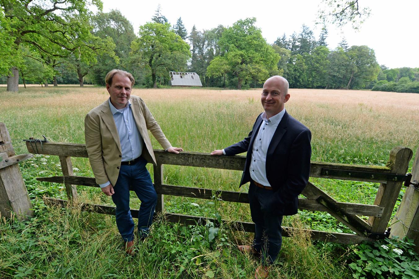 """Rentmeester Kees Jan Meijer  en Paul Scholten (r) bij een van de oude erven waar nieuwe landhuizen worden gebouwd op het landgoed. """"Qua beeldvorming gaan we terug naar vroeger."""""""