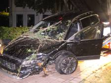 Schoen komt onder gaspedaal: auto raakt van de weg in Barneveld