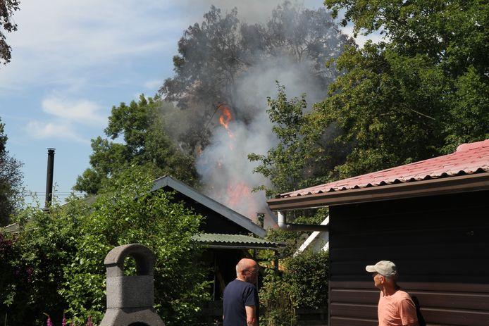 De brand in een tuinhuisje in Pijnacker zorgt voor flink veel rook.