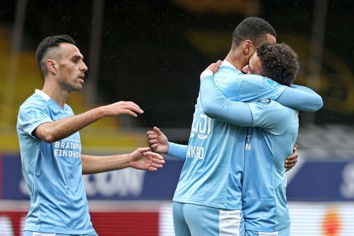 Eran Zahavi, Cody Gakpo en Donyell Malen vieren de 0-1 van PSV tegen VVV.