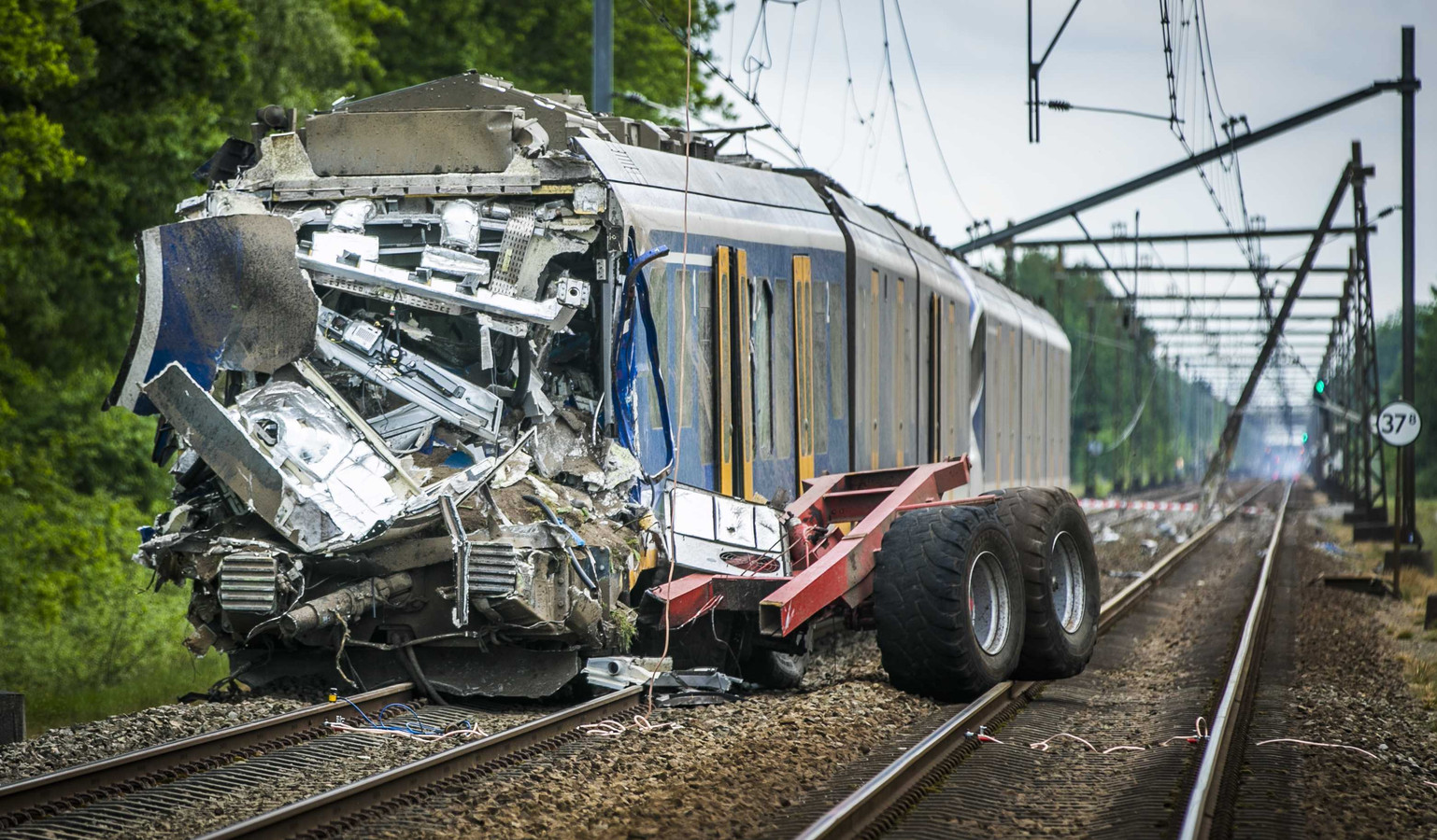 De ravage was enorm na de botsing tussen een NS-sprinter en een tractor met oplegger op 22 mei vorig jaar.  De oplegger boorde zich in de cabine, de trein kwam pas 350 meter verder tot stilstand.