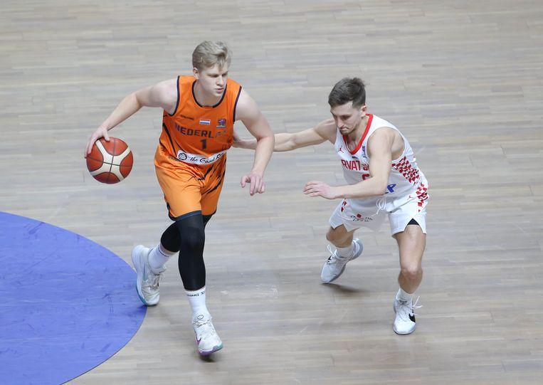 Keye van der Vuurst de Vries probeert de Kroaat Goran Filipovic te omspelen. Nederland plaatste zich door een 65-57 zege voor het EK.   Beeld Hollandse Hoogte.