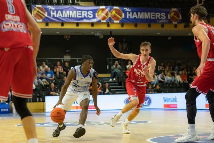 Naba Echols aan de bal voor Landstede Hammers in het duel met Heroes Den Bosch.
